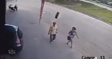 Arabadan fırlayan lastik adamın kafasına çarptı